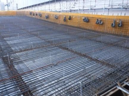 墨出し後、コンクリート打設に備えて配筋が行われた傾斜路