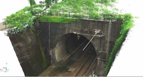 計測された坑口の精密な点群データ。トンネル構造物本体のほか、周囲の手すりや電線なども忠実に記録