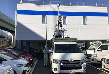 社有車にキャリアを搭載しその上に足場を組んで、6mの高さにスキャナーを設置。高いところへ上げることで、橋梁などの大型構造物も少ない回数でスキャン可能。随所に工夫を凝らして、作業効率を向上