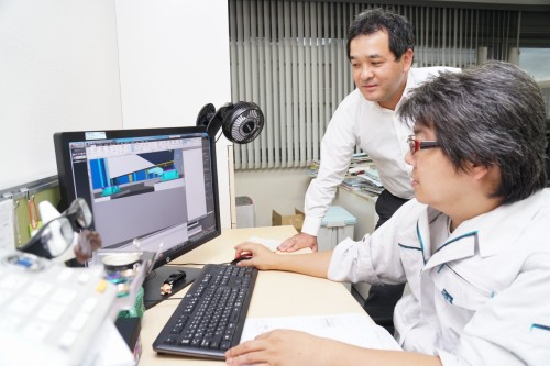 完成後に維持管理がスムーズに行えるかどうかを、代表取締役の保田さん(奥)とともに確認するFさん(手前)