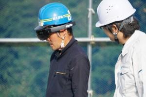 工事現場でARゴーグル「HoloLens」の使い方を指導する