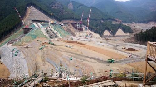 重機や作業員が行き交う小石原川ダムの工事現場