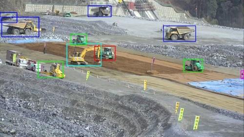 現場を撮影した映像からAIによってリアルタイムに重機やダンプトラックなどを認識し、動きを追跡する