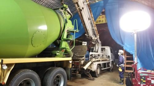 アジテータートラックで運ばれてきた生コンクリートをコンクリートポンプ車がスライドセントルに圧送