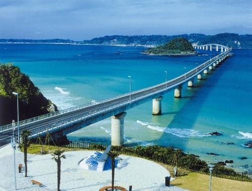 八千代エンジニヤリングが設計した角島大橋。1995年。第1種保護区域の島を迂回したルートを選定し自然と調和する流れるような景観設計/土木学会デザイン賞を受賞した