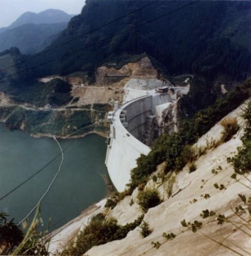 下釜ダム。1965年。地質調査、クラウド試験、岩盤せん断試験基礎処理技術の開発を行った