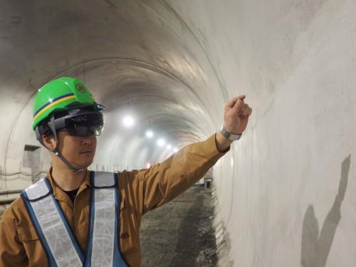 新紀見トンネルの施工現場でHoloLensとGyroEye Holoを使って行われた世界初の実証実験