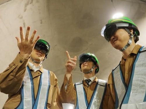 HoloLensを装着してトンネル内で協議する技術者たち