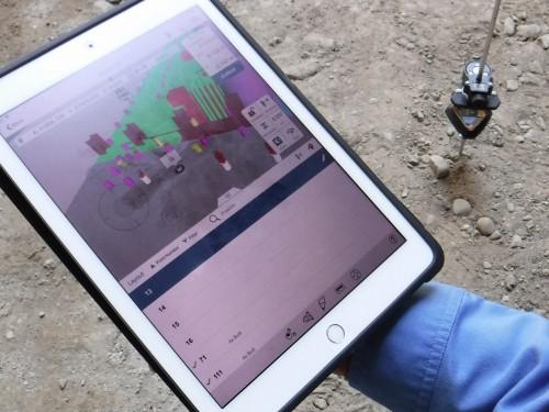 タブレットの画面には、墨出しを行うポイントまでの方向と距離を3Dモデル上にわかりやすく表示する