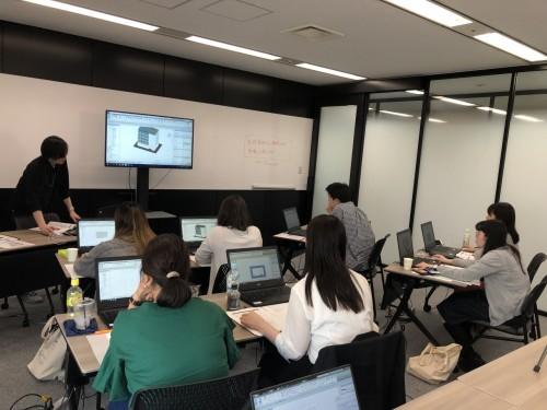 「BIMトレーニング用研修室」でのRevit研修。毎年約50人のRevitユーザーを輩出している