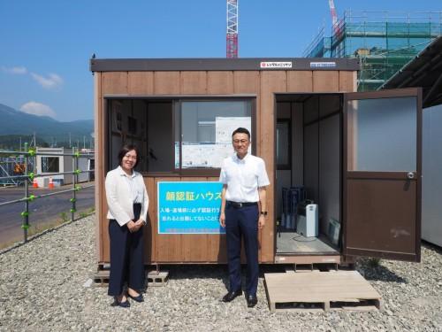 システムの稼働状況を確認するため現場を訪れたNEC第二製造業ソリューション事業部ソリューション推進部マネージャーの笹田幸恵氏(左)と同第七インテグレーション部エキスパートの浦沢賢一氏(右)