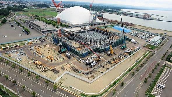 工事現場の全景。後方に見える白い建物は「しもきた克雪ドーム」(写真提供:むつ市)