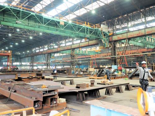 鉄骨工場の内部