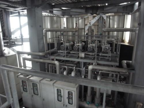 配管やダクト、機器類が密集する機械室