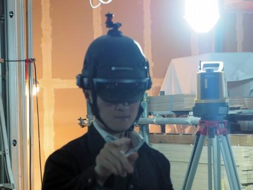東京・渋谷の建築現場でHoloLensとLN-100(後方)を連携させて行われた実証実験の様子