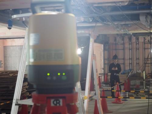 LN-100(手前の測量機)はプリズムを取り付けたヘルメットを常に自動追尾する