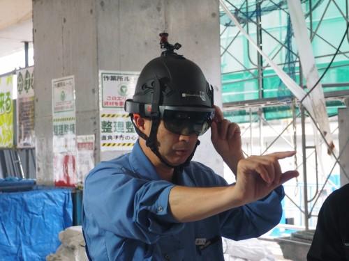 HoloLensの現場での精度を検証する東急建設の大山工務長