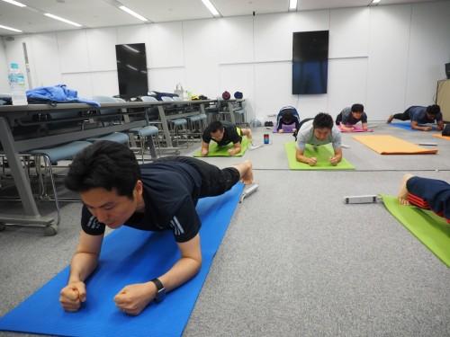体幹を鍛える姿勢。長時間の静止はかなり効く
