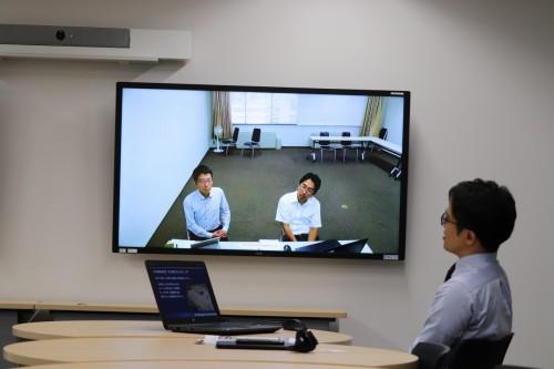 テレビ会議インタビューに答える奥村組 情報システム部BIM推進室、脇田明幸室長 (左)と日野元氏(右)