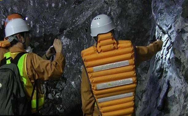 ハンマーによる側部岩盤の打撃試験。リアルタイムに遠隔地のモニターに映し出された