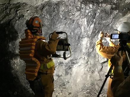 岩盤には所々、鏡肌と呼ばれる光沢のある割れ目面を有した箇所があり、カメラワークを工夫することで、これらの状態もわかりやすく映像で伝えられそうだ