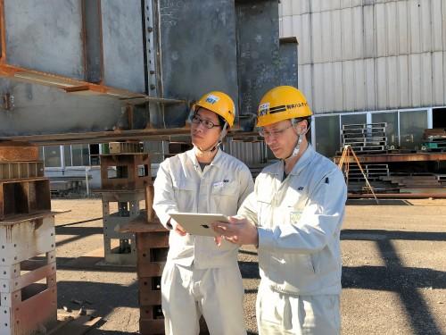 オフィスケイワンから送られてきた橋梁のMRデータを見る駒井ハルテックの技術者たち。富津工場(千葉県)の仮組ヤードにて