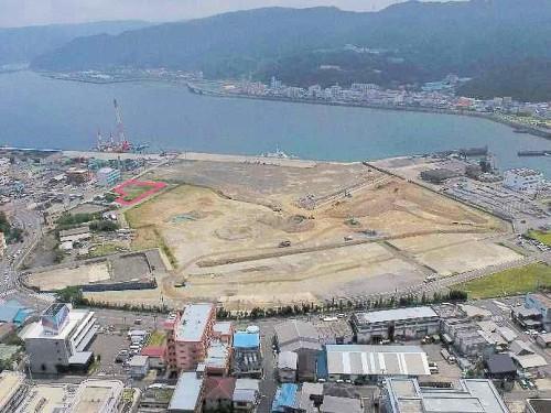 名瀬第2地方合同庁舎の建設予定地(赤枠内)とマリンタウン地区(写真:奄美市)