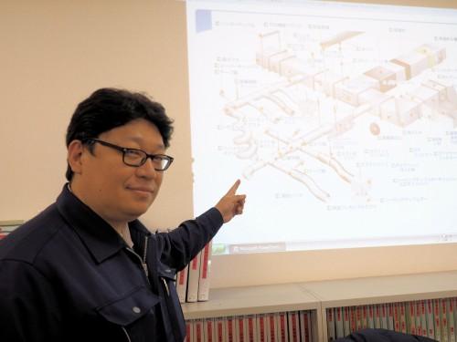 フカガワで取り扱う、多岐にわたるダクト部材を紹介する生産管理部長の大谷和広氏