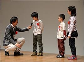 プレゼンターの阿部祐二氏によるインタビューに答える受賞者たち