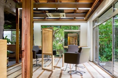 古民家をリノベーションした美容室から庭を望む(photo by : Takashi Otaka)